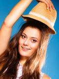 Muchacha feliz en ropa del verano y sombrero de paja Imágenes de archivo libres de regalías