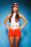 Muchacha feliz en ropa del verano y sombrero de paja Imagen de archivo libre de regalías