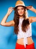 Muchacha feliz en ropa del verano y sombrero de paja Foto de archivo