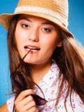 Muchacha feliz en ropa del verano y sombrero de paja Imagenes de archivo