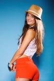 Muchacha feliz en ropa del verano y sombrero de paja Fotografía de archivo libre de regalías