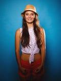 Muchacha feliz en ropa del verano y sombrero de paja Fotos de archivo
