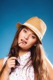 Muchacha feliz en ropa del verano y sombrero de paja Imagen de archivo
