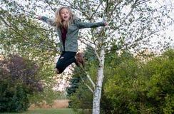 Muchacha feliz en salto del aire Fotos de archivo libres de regalías