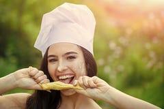 Muchacha feliz en sombrero del cocinero el día de verano Imagen de archivo