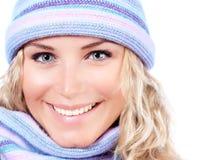 Muchacha feliz en sombrero del invierno Foto de archivo libre de regalías