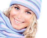 Muchacha feliz en sombrero del invierno Imagen de archivo libre de regalías
