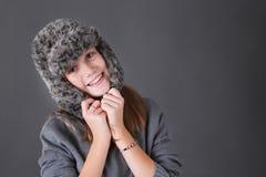 Muchacha feliz en sombrero del invierno Imagen de archivo
