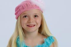 Muchacha feliz en sombrero rosado imagenes de archivo