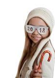 Muchacha feliz en sombrero y vidrios con la inscripción 2018 Fotos de archivo libres de regalías