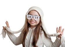 Muchacha feliz en sombrero y vidrios con la inscripción 2018 Fotografía de archivo