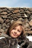 Muchacha feliz en un abrigo de pieles Imagenes de archivo