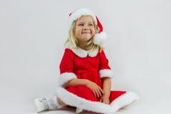 Muchacha feliz en un casquillo rojo del Año Nuevo Imagenes de archivo