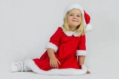 Muchacha feliz en un casquillo rojo del Año Nuevo Fotos de archivo