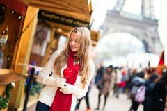 Muchacha feliz en un mercado parisiense de la Navidad Foto de archivo libre de regalías