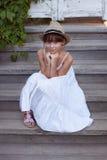 Muchacha feliz en un sombrero y un vestido Foto de archivo