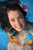 Muchacha feliz en una piscina Fotografía de archivo libre de regalías