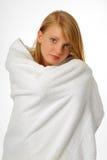 Muchacha feliz en una toalla de baño Imagen de archivo