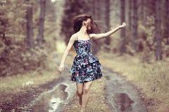 Muchacha feliz en vestido en la naturaleza Imagen de archivo libre de regalías
