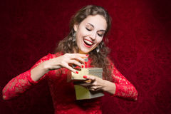 Muchacha feliz en vestido rojo con la caja de regalo Fotos de archivo libres de regalías