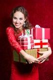 Muchacha feliz en vestido rojo con la caja de regalo Fotografía de archivo
