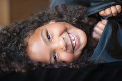 Muchacha feliz envuelta en negro Fotos de archivo