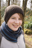 Muchacha feliz envuelta para arriba en sombrero y scarfe Foto de archivo