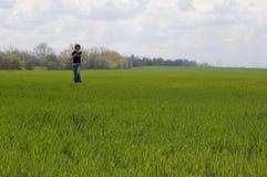 Muchacha feliz funcionada con en el prado Imagen de archivo