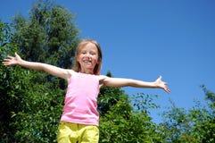 Muchacha feliz funcionada con en parque Foto de archivo libre de regalías