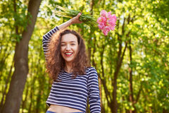 Muchacha feliz hermosa con el pelo rizado rojo al aire libre Fotos de archivo