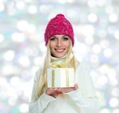Muchacha feliz hermosa con el regalo de la Navidad Foto de archivo libre de regalías