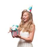 Muchacha feliz hermosa con la caja de regalo en la fiesta de cumpleaños de la celebración Foto de archivo