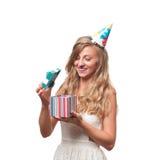 Muchacha feliz hermosa con la caja de regalo en la fiesta de cumpleaños de la celebración Fotografía de archivo