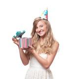 Muchacha feliz hermosa con la caja de regalo en la fiesta de cumpleaños de la celebración Imagen de archivo