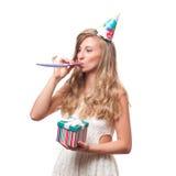 Muchacha feliz hermosa con la caja de regalo en la fiesta de cumpleaños de la celebración Imagen de archivo libre de regalías