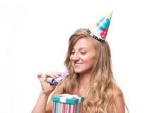 Muchacha feliz hermosa con la caja de regalo en la fiesta de cumpleaños de la celebración Fotos de archivo