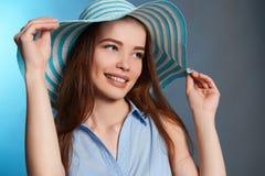 Muchacha feliz hermosa del adolescente en sombrero Foto de archivo