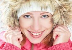 Muchacha feliz hermosa en el invierno de la capilla al aire libre Fotos de archivo libres de regalías