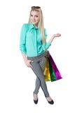 Muchacha feliz hermosa que hace compras con los bolsos coloreados Foto de archivo