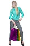 Muchacha feliz hermosa que hace compras con los bolsos coloreados Fotos de archivo