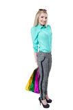 Muchacha feliz hermosa que hace compras con los bolsos coloreados Foto de archivo libre de regalías