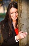 Muchacha feliz joven cerca de un árbol grande. Imágenes de archivo libres de regalías