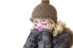 Muchacha feliz joven con el casquillo, la bufanda y la chaqueta Fotos de archivo libres de regalías