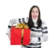 Muchacha feliz joven con el rectángulo de regalo rojo grande Imagenes de archivo