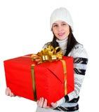 Muchacha feliz joven con el rectángulo de regalo rojo grande Imagen de archivo