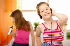 Muchacha feliz joven con los auriculares Imagenes de archivo