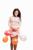 Muchacha feliz joven con un manojo de globos coloreados Imagen de archivo