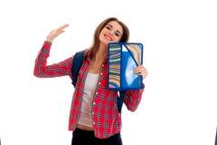 Muchacha feliz joven del estudiante con las carpetas para la presentación de los cuadernos aisladas en el fondo blanco en estudio Foto de archivo libre de regalías