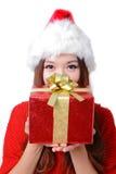 Muchacha feliz joven en regalo de la explotación agrícola del sombrero de la Navidad Imagenes de archivo