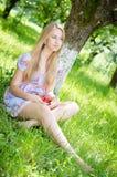 Muchacha feliz joven que come la fresa Fotografía de archivo libre de regalías